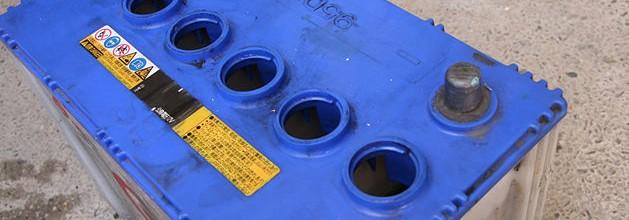 วิธีการตรวจสอบระดับน้ำแบตเตอรี่รถยนต์ของคุณ